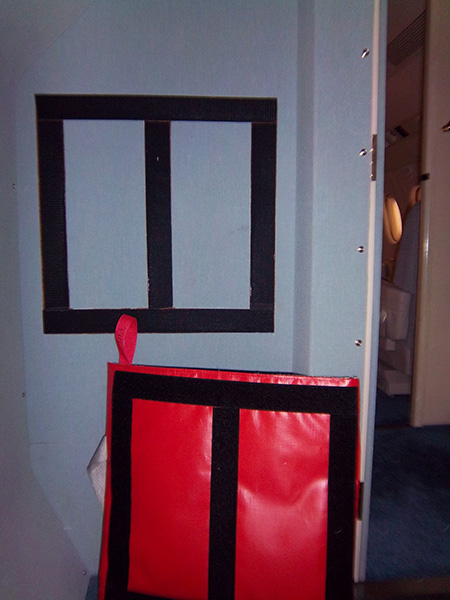 HOT-STOP L custom wall mounted laptop kit with bag on floor